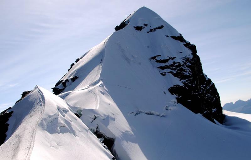 Pequeño Alpamayo 5450 masl + Pico Tarija 5350 masl + Pico Austria 5320 masl.